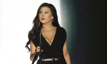 Ei mingit puhkust! Äsja plaati esitlenud eurolaulik Elina Born õnnistab staarisaate lava võimsa üllatusnumbriga