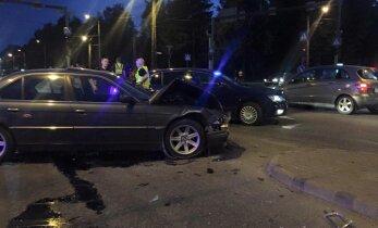 Liiklusõnnetuste kroonika: Narvas tagurdas maasturijuht otsa eakale naisele, Mustamäel sõitis Volvo juht punase tulega ette BMW-le