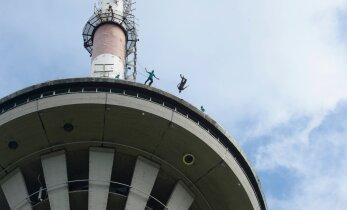 DELFI FOTOD: Tallinna teletorn tähistab sünnipäeva vaatemänguliste langevarjuhüpetega