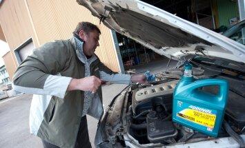 ADDINOL Lube Oil OÜ müügijuht Kaido Kööp mõõdab vardaga mootoriõli-seisu