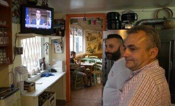 Väikese kohviku omanik Pabis (habemega) Ateenas peaministri kõnet kuulamas.