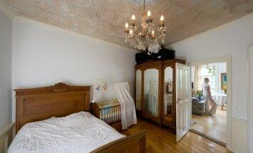 Suursugune Õnne tänava magamistuba uhke kristalllühtriga.