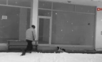 Turvakaamera püüdis lindile mehe, kes tegi külmas kükitavale kodutule koerale enneolematu heateo
