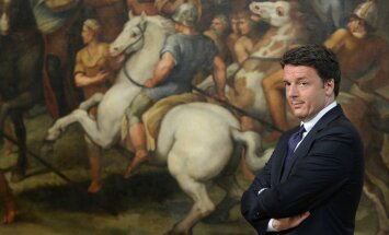 Itaalia peaminister Matteo Renzi oma Rooma ametiresidentsis Chigi palees, mille seinu katvatel ajaloolistel maalidel ratsutavad võidukalt lahingusse iidsed kangelased.