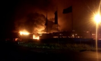 DELFI FOTOD ja VIDEO SÜNDMUSKOHALT: Harjumaal põles lipumastivabrik suure leegiga
