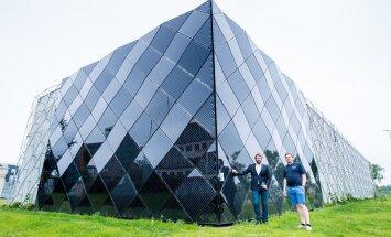 Fortumi külmajaama päikesepoolsemat nurka katavad päikesepaneelid, aga ülejäänud seinu sõrestik, mis paari aasta pärast peaks tuge pakkuma ronitaimedele. Jaama tutvustavad Fortum Tartu juht Margo Külaots (vasakul) ja insener Allan Brutus.