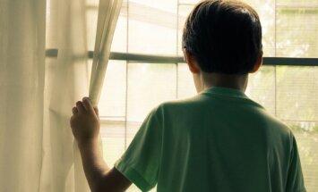 Üksinda kodus Eesti moodi. Võõrsile tööle läinud vanemate poeg õppis küünlavalgel, sest õhtul saabus pilkane pimedus