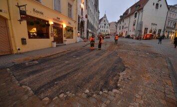 DELFI FOTOD: Mis toimub vanalinnas? Ajalooline Viru tänav kattub asfaldiga