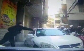 VIDEO: Hiina liikluspolitsei kasutas jõuvõtteid narkouimas autojuhi vastu