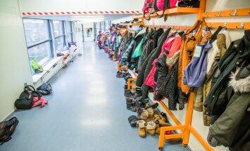 Turba kooli koridoris on pikas reas õpilaste õueriided. Koridori kasutatakse garderoobina.