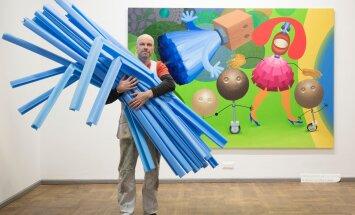 """Päev enne näituse avamist. Selle foto nimi võiks olla """"Mees ja tema mõõt"""". Kunstnik Kaido Ole selja taha jääb maal """"Jalutuskäik järve äärde"""" mõõtmetega 190×280 cm. Sinine sületäis on maalide pakkimisel kasutatav mudru."""