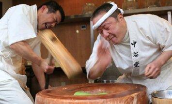 ВИДЕО: Как готовят традиционный японский десерт моти