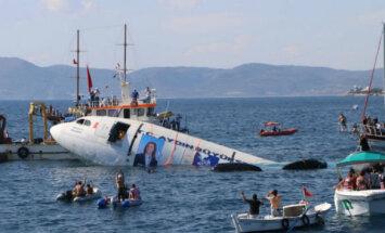 На турецком курорте для привлечения туристов затопили самолет