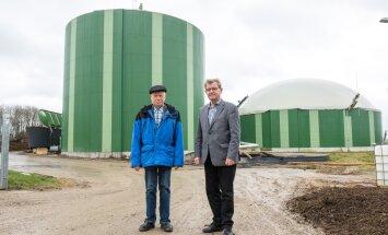 Tartu Agro juhi Aavo Möldri (paremal) ja taimekasvatusjuhi Eino Härmi selja taha jäävas biogaasijaamas Ilmatsalus kaob sõnnikult ja lägalt hais, mis lähedale jäävas Tartu linnas rahvale varem meelehärmi valmistas.