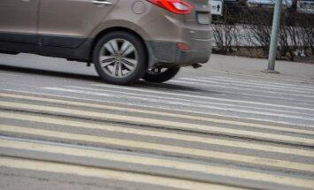 Lembit Poolak: osad jalakäijad tänavad üle tee laskmise üle, teised näitavad keskmist sõrme