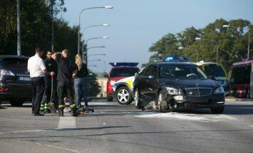 FOTOD: Rootsi kuningas sattus Stockholmis tõsisesse avariisse