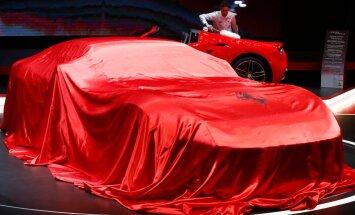 Ferrari puhkab punase teki all. Tagaplaanil puhastatakse sõsarautot viimaseid kübemeid.