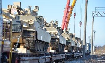 Rasketehnikat on raudtee-ešelonidega palju kordi Tapale viidud. Pildil liiguvad sinna USA liitlasvägede Abrams-tankid.