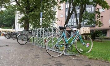 Joosep jalgrattaid paigaldamas