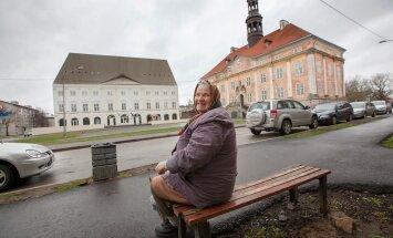 Pensionär Valentina on aastaid istunud Narva Raekoja platsi veeres, pingil oma maja ees. Algul peljanud ja hiljem imetlenud kuulsa kolledži kerkimist, näinud raekoja vaikset hävingut. Loomulikult sooviks ta, et Narva oleks Ida -Viru pealinn, sest pealinna