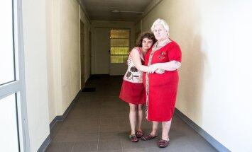 Alisa ja Valentina oma kodu koridoris, kus haarang toimus. See oli ebaõiglane ja jõhker, ütleb Valentina.