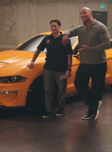 """Tõeline heategu: """"Kiirete ja vihaste"""" staar Dwayne Johnson üllatas USA veterani 2018. aasta Ford Mustangiga"""