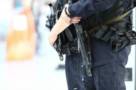 100 SEKUNDIT: Ennast Daeshi liikmeks kutsuv mees tegi Eesti-Saksa lendudele pommiähvarduse; Töökogemuseta noor võib töökoha leida kõigest mõnekümne minutiga