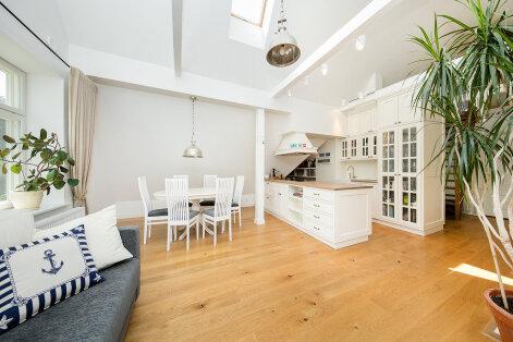 Avar katusekorter, mis kombineerib minimalismi ja meretemaatikat