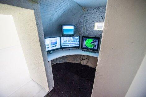 Art Allmäe on loonud elusuuruses salateenistuse infrastruktuuri – kogu krempel radarite ja mögafonideni.