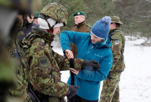 Edukas ja mõjukas naine torkab ühiskonnas silma umbes sama teravalt kui üksik tsivilist kaitseväelaste seas. See ei pea nii olema, naised! Astuge julgemini esile, ärge kartke, et erinete. Sellel pildil külastab president Kersti Kaljulaid õppust Okas.