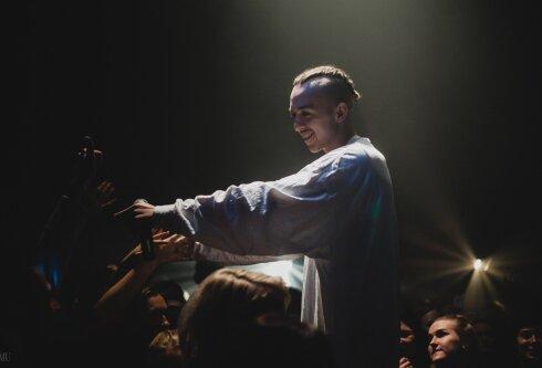 Tommy Cash on fännidega suheldes üsna vahetuks jäänud. Lava ees ei ole kunagi teda ja publikut eraldavaid tõkkeid, ei füüsilisi ega vaimseid.