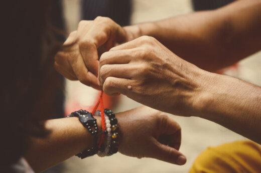Võlukunst, mida saad järele proovida! Loe, kuidas punase randmepaela kandmine su elu muudab