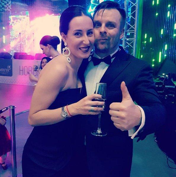 Женатого артиста Александра Носика папарацци застукали с эстрадной певицей Анастасией Крайновой