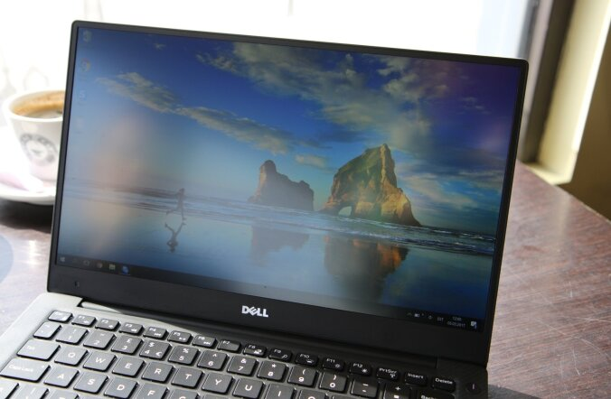 Ekraani ääred on plastist, märkimisväärselt uuenduslik on nende väiksus, tänu millele moondub 11-tolline sülearvuti 13-tolliseks.