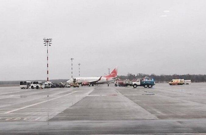 """ФОТО: В аэропорту """"Рига"""" самолет сошел со взлетно-посадочной полосы"""