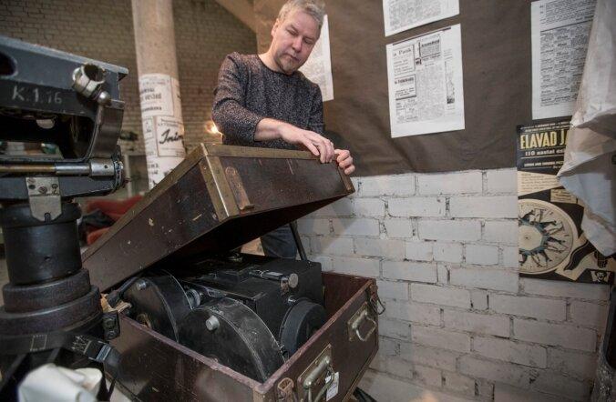 Rahvusarhiivi filmiarhiivi juhtivspetsialist Mairold Kaus näitab Soomest saadetud eksponaatidest väärtuslikemat,Theodor Lutsu kasutuses olnud filmikaamerat.
