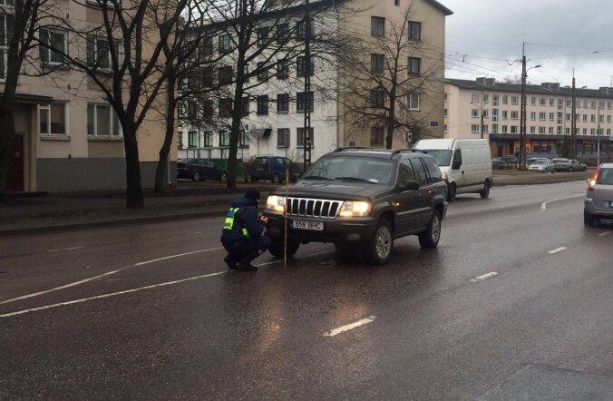 ФОТО: В Копли внедорожник сбил женщину, переходившую дорогу в неположенном месте