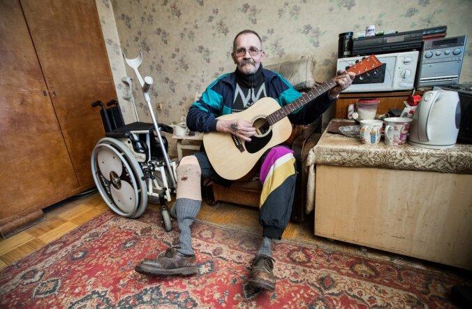 Rahata jäetud Mati Broberg üritab kitarrimängu ja noorpõlve viisidega endal ja külalistel veidigi tuju parandada.