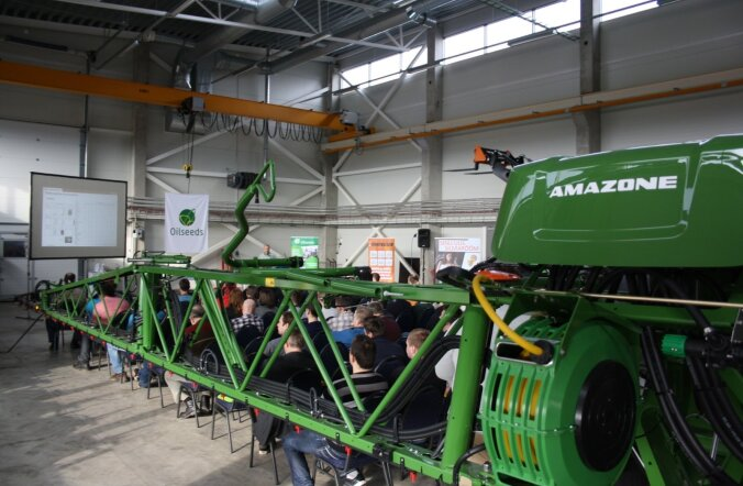 Oilseeda Jatiina tutvustas oma masinaid.