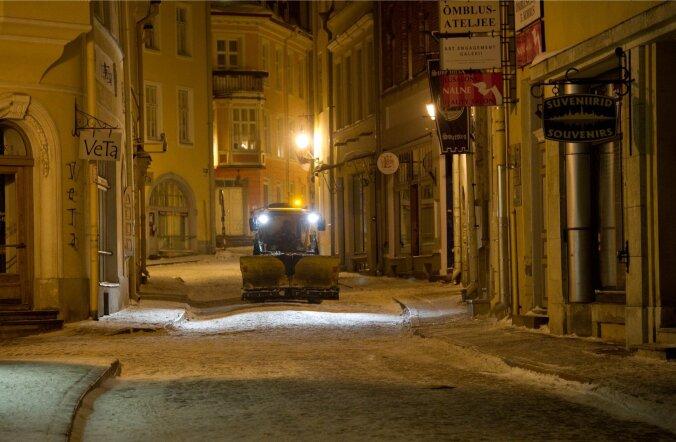 Mupo hakkab öösel vanalinnast lumekoristust segavad sõidukeid teisaldama