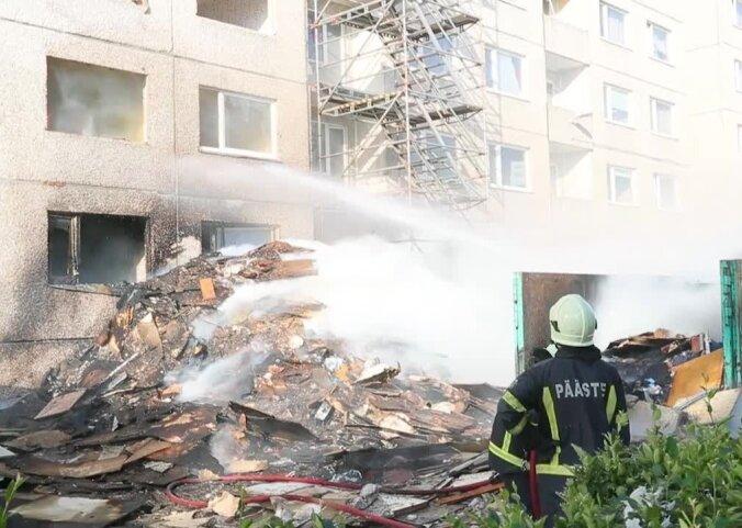 ФОТО и ВИДЕО: В Пыхья-Таллинне возле реновируемого социального дома загорелся мусор — огонь перекинулся на само здание
