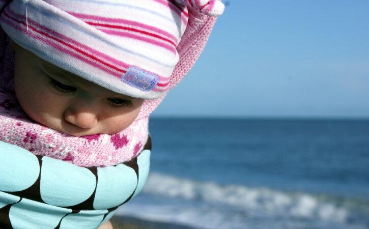 Eesti emad lükkavad lapsevankrid ka külma ilmaga välja — mida beebi õuesmagamise juures jälgida