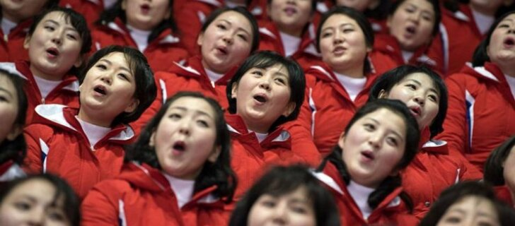 В туалет только с сопровождающим. Как живут в Пхенчхане северокорейские болельщицы