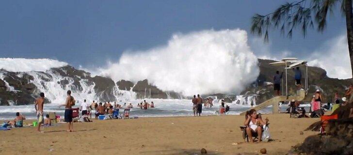 VIDEO: Tõeline rannaelamus! Laine viskab Puerto Ricos üle kaljude nagu väike tsunami