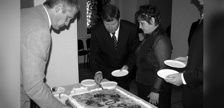 Valla sünnipäeval lõikasid vallaisad torti ja pakkusid seda lahkesti peolistele (Foto: Maire Henno)