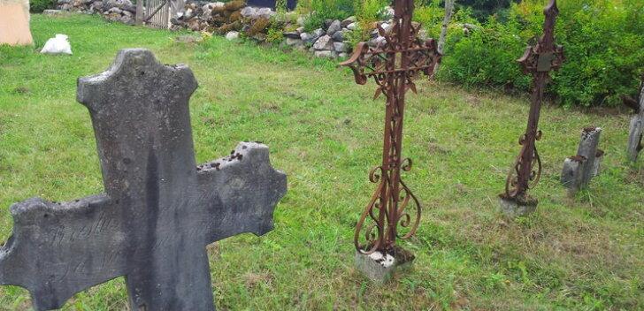 Lapsed asuvad Vilivalla kalmistul haruldasi raudriste restaureerima
