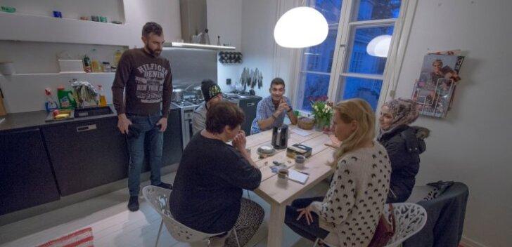 Bodil Rosengren istub oma köögis laua taga, kuhu on oodatud ka Adam (akna ääres siniseruudulises särgis) ja tema sõbrad (pearätikus Anfal, püsti seisab Yles tõlgina töötav Yassir ja mütsiga istub laua taga Anfali vend Abather).