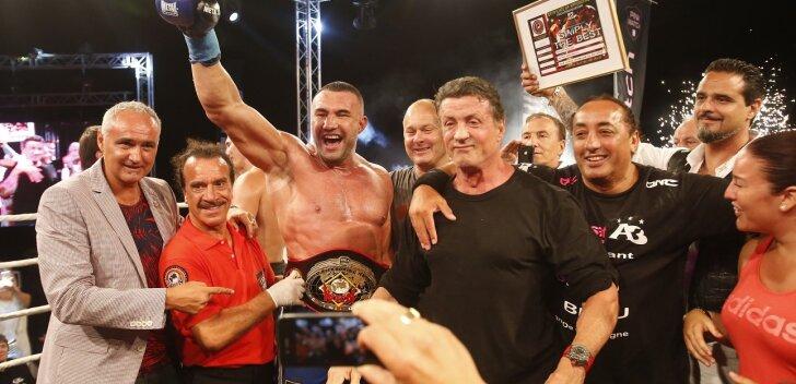 Vasakult esimene Stephane Cabrera (WKN World President), keskel raskekaalu maailmameister Jerome Le Banner ja tema kõrval Sylvester Stallone.