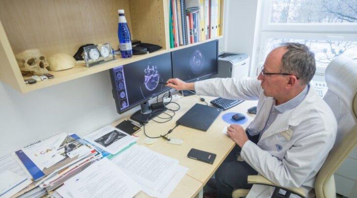 Tartu ülikooli kliinikumi närvikliiniku juhataja, neurokirurg professor Toomas Asser osutab arvutiekraanil ajuhematoomile. Trauma tagajärjel tekkinud ajuverevalumiga jõuab haiglasse umbes 300-400 patsienti aastas.