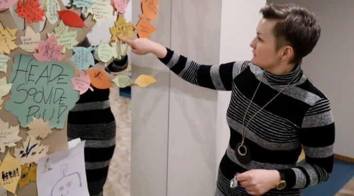 Lastepsühhiaater Anne Kleinberg näitab, millised positiivsed mõtted on kirja pandud vaimse tervise keskuse Heade Soovide Puul. Nii mõnigi soovib lihtsalt asju, näiteks rula, ent puult leiab ka palveid, et oleks rohkem rõõmu.